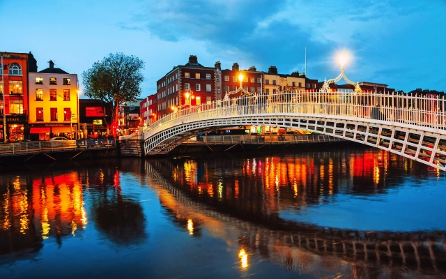 Dublin, Irland. Nachtansicht der berühmten beleuchteten Ha Penny Bridge